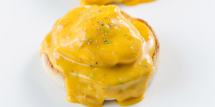 Poached_eggs_on_muffin_coronat_1481797272